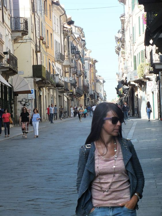 walking in the center of pavia, italian girls daily outfits